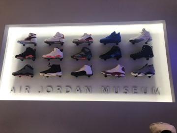 Illuminated shoe display (IS378)